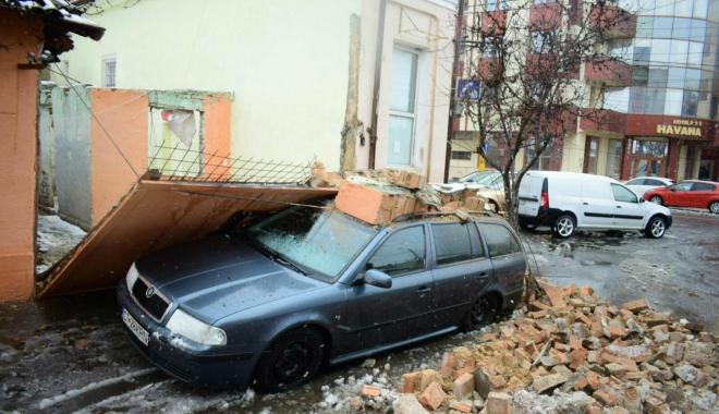 Foto: GALERIE FOTO / Un perete de cărămidă s-a prăbușit peste o mașină, în municipiul Constanța