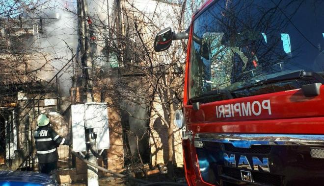 Foto: GALERIE FOTO / Victima arsă în explozia din Eforie Nord, intubată. Este în drum spre spital
