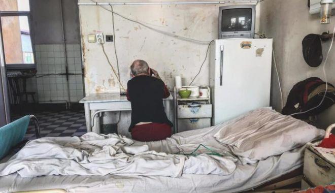 """Foto: Condiţii şocante surprinse în salonul unui spital. Conducerea: """"A făcut acea poză din cel mai urât unghi"""""""