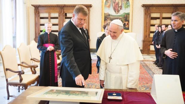Foto: Preşedintele Klaus Iohannis îl va aştepta pe Papa Francisc la Aeroportul Otopeni, pe 31 mai