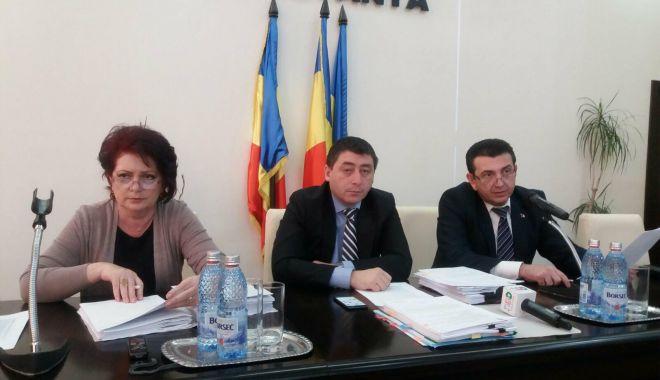 Foto: Consilierii judeţeni, convocaţi la şedinţă. Ţuţuianu lipseşte, Palaz prezidează