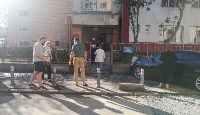 Foto: Coadă la secțiile de votare din cartierul constănțean Poarta 6