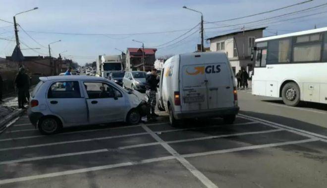 Foto: Galerie foto / Accident rutier în Valu lui Traian! Două victime, circulaţie blocată