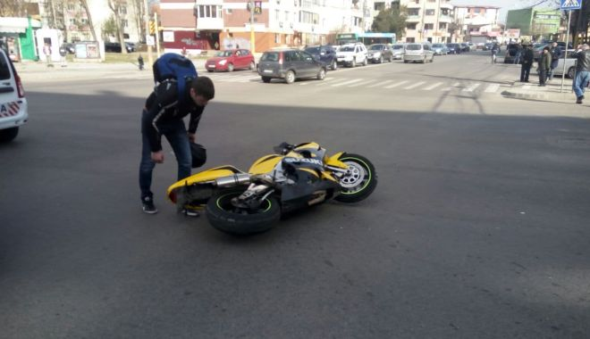Foto: GRAV ACCIDENT LA CASA DE CULTURĂ! VICTIMA, UN MOTOCICLIST