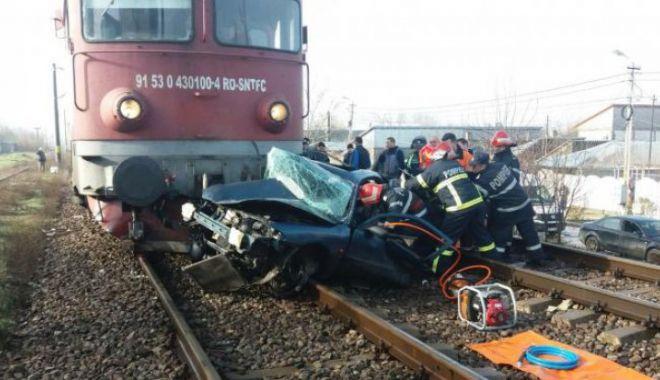 Foto: ATENŢIE! Trafic oprit pe ruta Constanţa - Galaţi, din cauza unei maşini spulberate de tren. DOI MORŢI!
