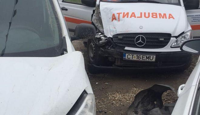 Foto: UPDATE. GALERIE FOTO - VIDEO / Ambulanţă în misiune, lovită de un autoturism. O asistentă a ajuns la spital