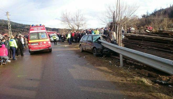 Foto: TRAGEDIE RUTIERĂ! Un tânăr a murit, după ce maşina în care se afla a intrat într-un parapet