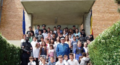 Foto: 50 de elevi au vizitat, ieri, Muzeul Militar Na�ional