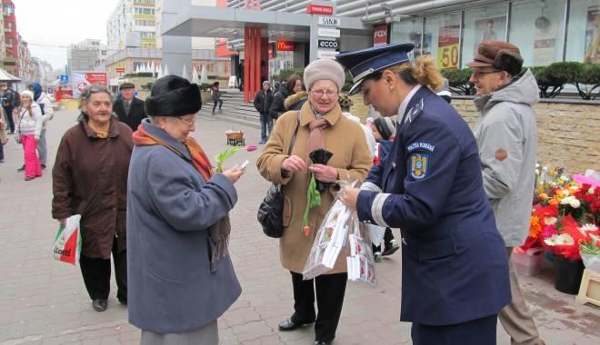 Foto: Galerie FOTO. Poliţiştii au continuat să ofere mărţişoare şi astăzi