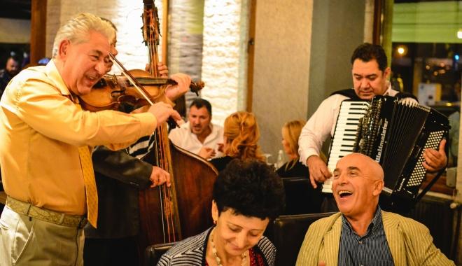 """Foto: Serghei Mizil invită constănţenii să-i guste """"haleala criminală"""" la restaurantul """"La 2 Vagabonzi"""""""
