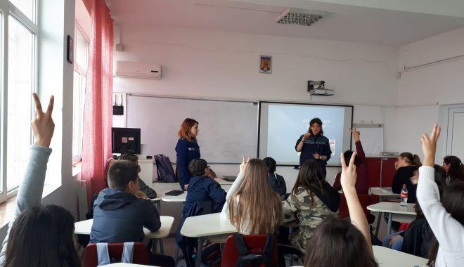 Foto: Elevii din Constanţa, faţă în faţă cu poliţiştii
