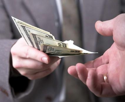 Angajatorul a uitat  să te plătească? Îi poţi cere dobândă!