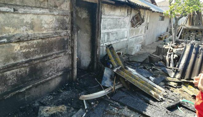 Update! Arde magazia unei case, la Mangalia. O persoană se află înăuntru! - 31289675180323285636615969325243-1524571683.jpg