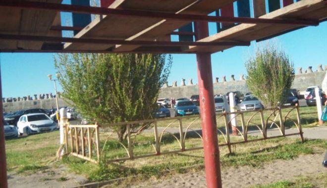 Foto: VIDEO. Încă un incident la un loc de joacă din Constanţa. Copil de doi ani, căzut printre scânduri
