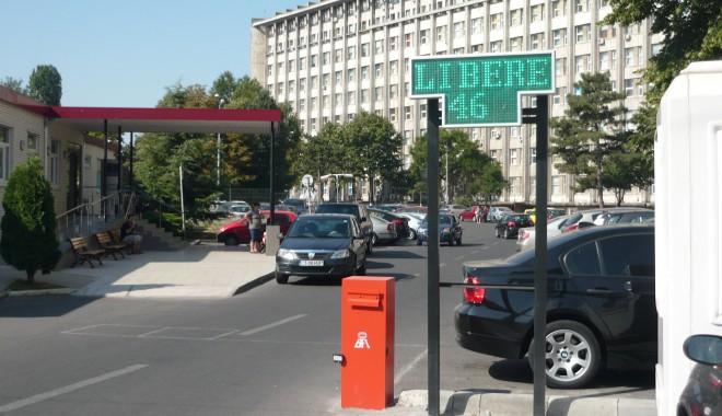 Foto: Locurile libere din parcarea Spitalului Judeţean, afişate pe un panou electric