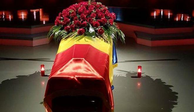 """Foto: GENERALUL comentator Cristian Ţopescu, înmormântat cu ONORURI MILITARE. """"Te vom iubi mereu!"""""""