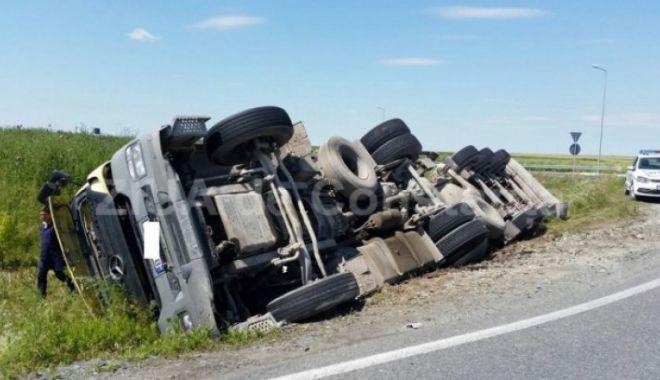 Foto: Trafic îngreunat pe autostradă! Şoferul unui autocamion a adormit şi s-a răsturnat
