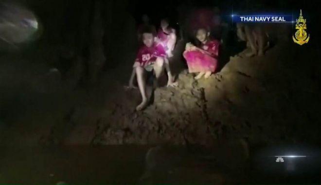 Foto: Patru copii și antrenorul, încă blocaţi în peşteră, în Thailanda. Ce se va întâmpla cu ei