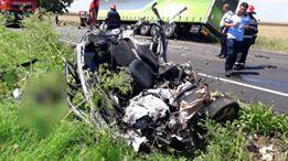 IMAGINI ŞOCANTE! TRAGEDIE la Constanţa. Maşină spulberată de un tir. O persoană a murit - 35687032192978386704553738262767-1529488859.jpg