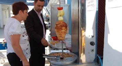 Foto: Inspectorii de la Protecţia Consumatorilor au găsit carne ţinută în soare şi păr în frigidere