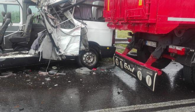 Foto: GALERIE FOTO / Tragedie pe şosea. Microbuz lovit frontal de un tir cu numere de CONSTANŢA. DOI MORŢI, PATRU RĂNIŢI