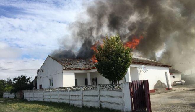 Foto: Incendiu violent în judeţul Constanţa! Arde o casă