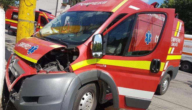 Foto: GALERIE FOTO / Ambulanţă SMURD, lovită de un autoturism, în Constanţa. Intervine SMURD-ul