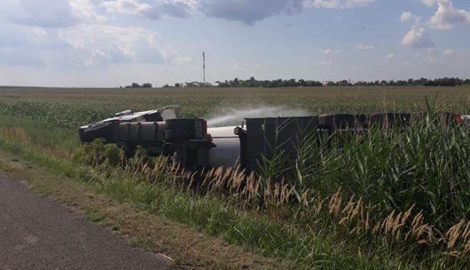 Foto: PERICOL DE EXPLOZIE! Cisternă cu kerosen răsturnată pe Autostrada Soarelui. TRAFIC DEVIAT!