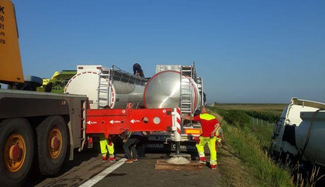 Foto: GALERIE FOTO / Traficul pe Autostrada Soarelui, unde s-a răsturnat o cisternă cu kerosen, în continuare oprit