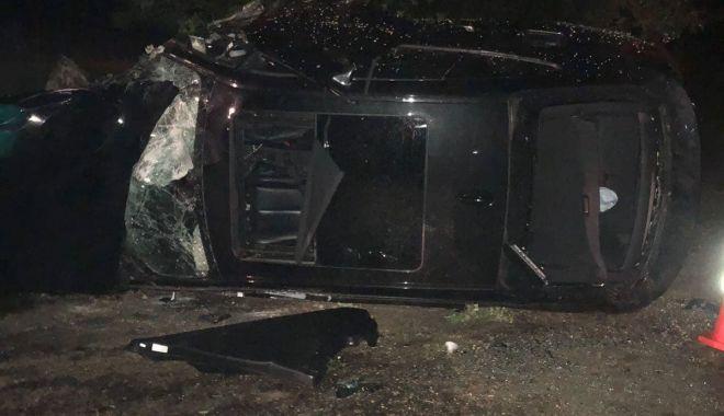 Foto: GALERIE FOTO / BMW izbit în copaci, după ce şoferul a pierdut controlul volanului în curbă
