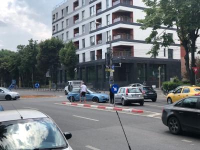 GALERIE FOTO. ACCIDENT RUTIER ÎN ZONA CITY MALL. DOUĂ MAŞINI IMPLICATE