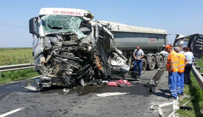 Foto: ACCIDENT RUTIER MORTAL ! Coliziune frontală FATALĂ, între două autotrenuri!