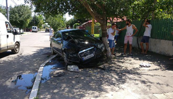 GALERIE FOTO / Accident grav în cartierul Km 5. O maşină a ricoşat în stâlp