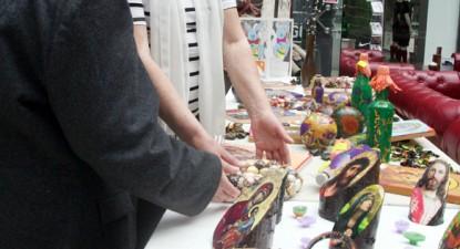 Foto: Tinerii seropozitivi îşi deschid sufletul prin obiecte de artă