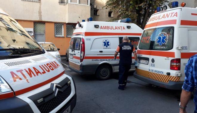 Foto: GALERIE FOTO / EXPLOZIE la un bloc pe strada Mircea cel Bătrân. Trei persoane au fost rănite, între care şi un copil