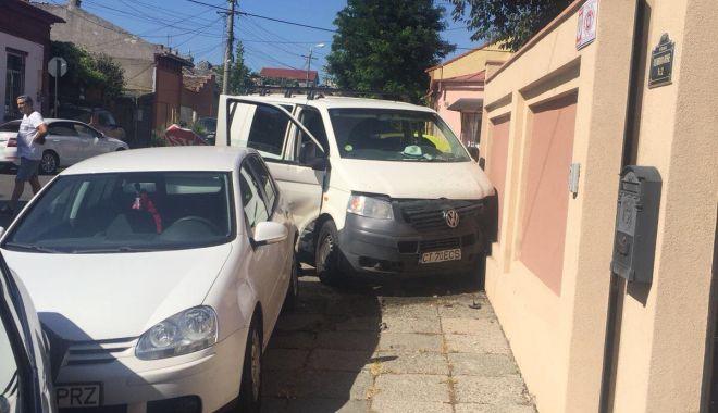 GALERIE FOTO. Impact puternic în centrul Constanţei! Patru autovehicule avariate, două persoane rănite