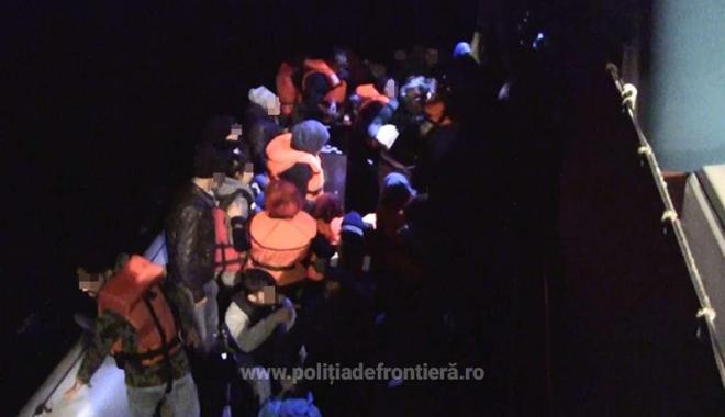 Foto: 38 de imigranţi, printre care  17 copii,  salvaţi de poliţiştii Gărzii de Coastă