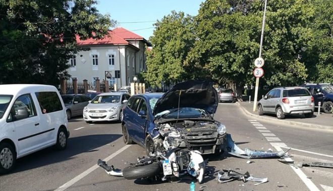 Foto: GALERIE FOTO / ACCIDENT ÎN CONSTANȚA. Motociclist lovit în plin de o mașină pe strada Traian