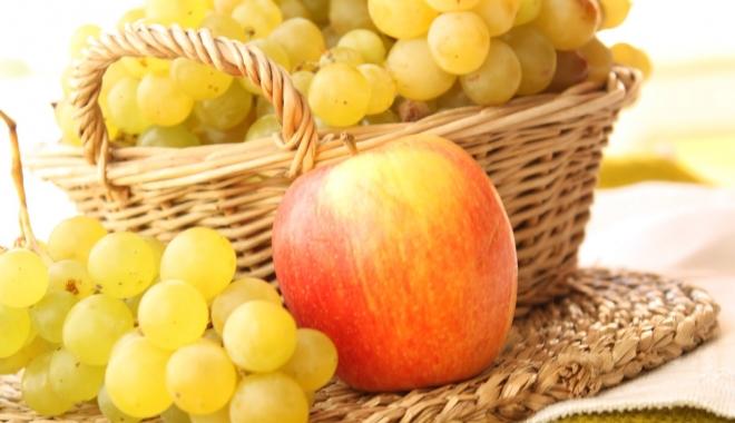 Foto: Turmericul, strugurii şi merele conţin substanţe care înfometează cancerul