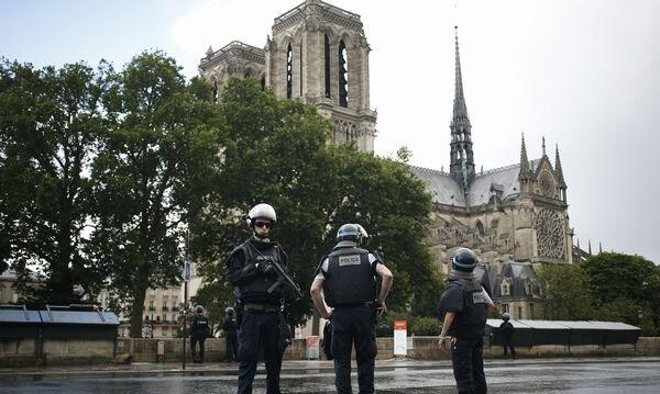 Foto: ATAC LA NOTRE DAME DIN PARIS / Un poliţist a fost rănit. Cel puţin o mie de persoane se aflau în interiorul catedralei