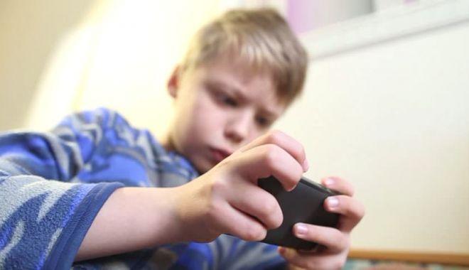"""Foto: Părinţi, atenţie la jocurile pe telefon! Un copil a cumpărat """"puteri speciale"""", de 6000 lei"""