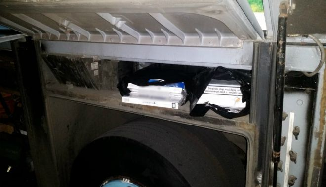 Foto: Alcool şi ţigări de contrabandă, descoperite într-un autocar