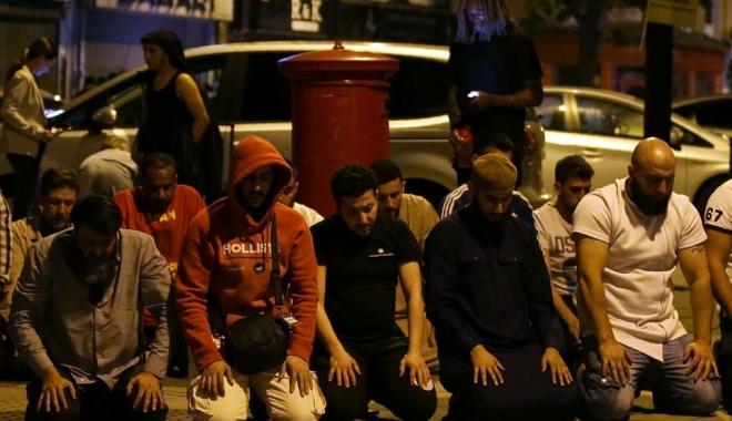 ATENTAT LONDRA / IMAGINE IMPRESIONANTĂ / Musulmanii se roagă în genunchi, în Finsbury Park - 418a52dc000005784616452imagea111-1497870053.jpg