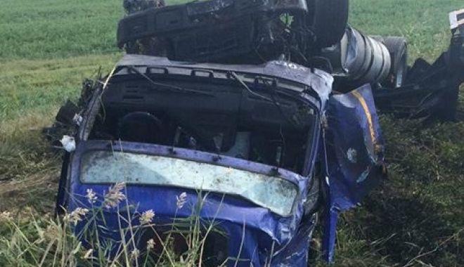 FOTO / Accident rutier în judeţul Constanţa! TIR RĂSTURNAT! Victima, aruncată din cabină! - 42482619223503481990158826917020-1537967309.jpg