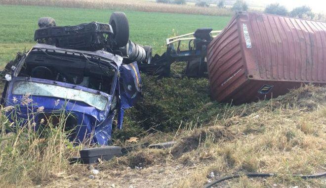 FOTO / Accident rutier în judeţul Constanţa! TIR RĂSTURNAT! Victima, aruncată din cabină! - 42596886260369487948394612595075-1537967345.jpg