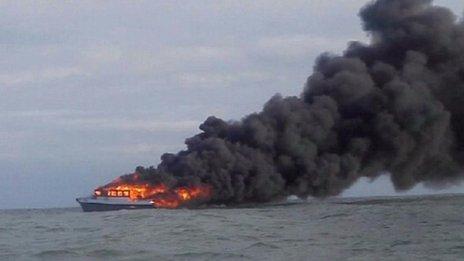 Foto: 42 de oameni au abandonat o navă de pescuit în flăcări