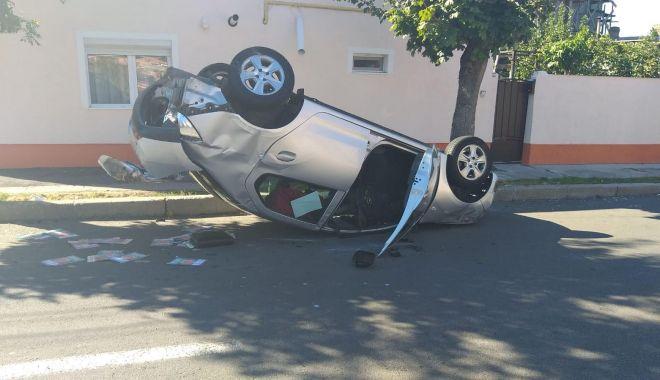 Foto: IMAGINEA ZILEI / Maşină răsturnată în centrul Constanţei!