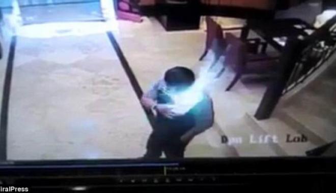 Foto: Momentul şocant în care un telefon explodează în buzunarul unui bărbat! A fost cuprins de FLĂCĂRI
