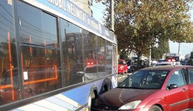 Foto: Accident rutier la Constanţa! MAŞINĂ PROIECTATĂ ÎNTR-UN AUTOBUZ RATC