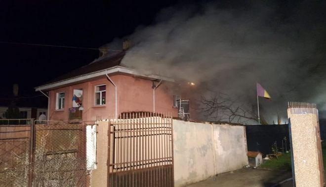 Foto: VIDEO. Incendiu puternic la Murfatlar. Arde acoperişul unui cămin de nefamilişti